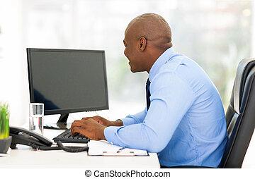 junger, afroamerikanisch, geschäftsmann, arbeiten, a, edv