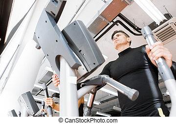 junger, anfall, mann, klappend, auf, ein, elliptischer trainer