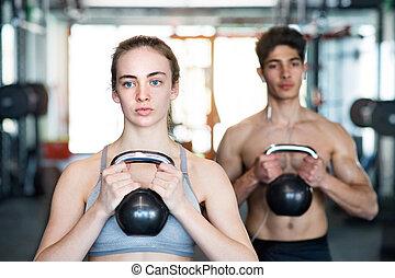 junger, anfall, paar, in, turnhalle, trainieren, mit, kettlebell.