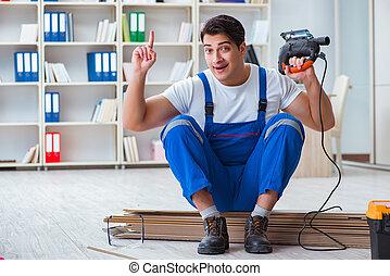 junger, arbeiter, arbeiten, boden, laminat, fliesenmuster