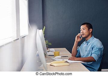 junger, asiatisch, unternehmer, sprechende , auf, a, cellphone, in, ein, buero