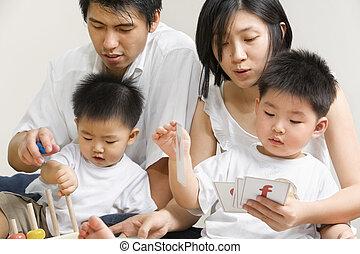 junger, asiatische familie, ausgabe, zeit, zusammen
