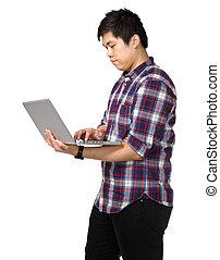 junger, asiatischer mann, laptop benutzend, edv