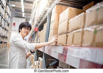 junger, asiatischer mann, wählen, produkt, in, lager