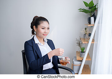 junger, attraktive, büroangestellte, trinken, tasse tee, kaffee hat, zureiten, der, morgen, bereitend arbeit, tag