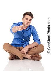 junger, beiläufig, man, zeigt, seine, finger, an, der, kamera.