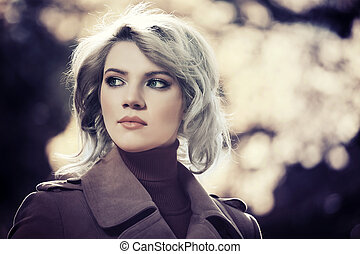 junger, blond, mode, frau, in, herbst wald