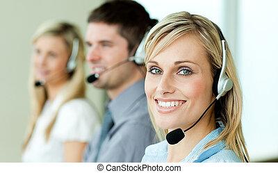 junger, businesspeople, arbeitende , mit, kopfhörer