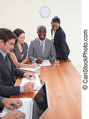 junger, businessteam, arbeitend zusammen, in, a, versammlung