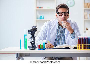 junger, chemiker, schueler, arbeitende , in, labor, auf, chemikalien