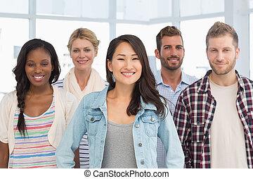 junger, design, mannschaft, stehende , und, lächeln, kamera