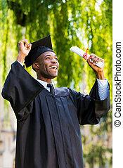 junger, diplom, studienabschluss, auf, finally, steigend, arme, besitz, afrikanisch, graduated!, kleider, mann, glücklich