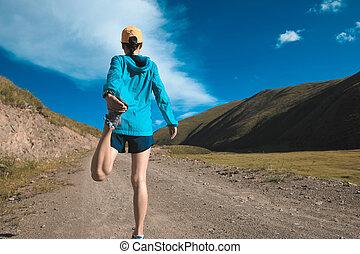 junger, fitness, frau, läufer, dehnen, beine, auf, berg, spur