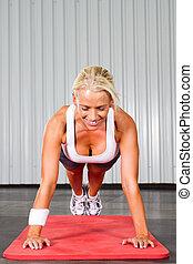 junger, fitness, frau, machen, schieben, ups