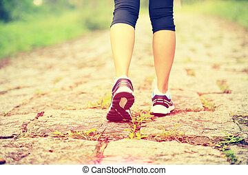 junger, fitness, frauenbeine, gehen, auf
