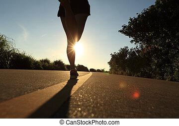 junger, fitness, frauenbeine, rennender , auf, sonnenaufgang, strand, spur