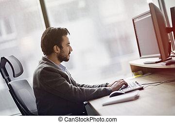 junger, geschäftsmann, arbeiten computer, in, buero