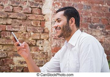 junger, geschäftsmann, textmessaging