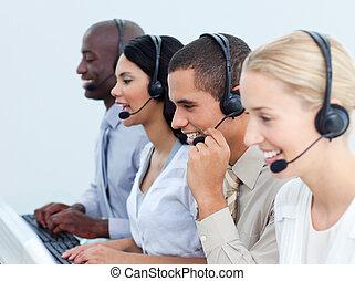 junger, geschäftsmenschen, arbeitende , in, a, anruf- mitte