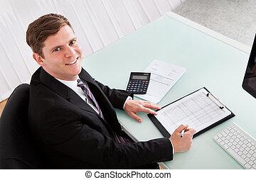 junger, glücklich, finanzen, berechnend, mann