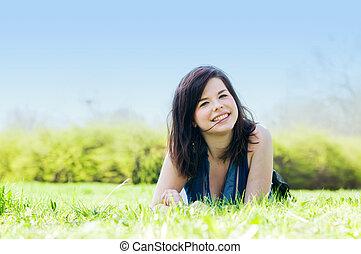 junger, glücklich, m�dchen, lügen gras