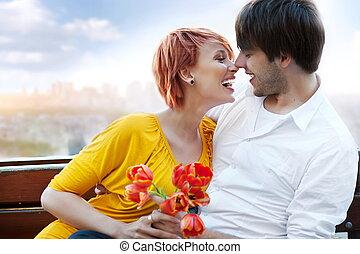 junger, glückliches lächeln, attraktive, paar, zusammen, draußen