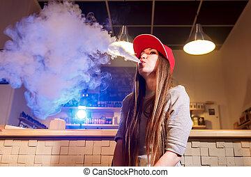 junger, hübsche frau, in, rote kappe, rauchwolken, ein,...