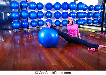 junger, hübsche frau, trainieren, in, a, fitnessstudio