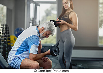 junger, heiß, weibliche , persönlicher trainer, unterstützen, älter, graue , man.
