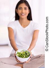 junger, indische frau, präsentieren, gesunde, grüner salat
