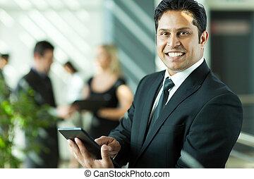 junger, indische , geschäftsmann, arbeiten, tablette, edv
