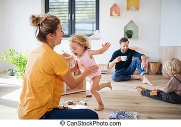 junger, innen, playing., schalfzimmer, familie, zwei kinder, klein