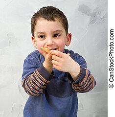 junger junge, essen pizza