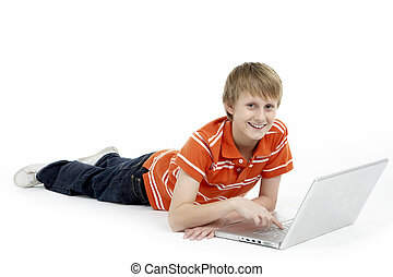 junger junge, laptop benutzend, edv