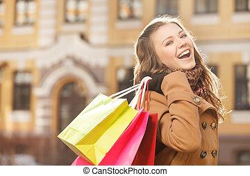 junger, kaufsucht, woman., schöne , junge frauen, besitz, der, einkaufstüten, in, sie, hände, und, lächeln, kamera