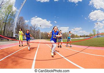 junger, kurzstreckenläufer, rennender , zu, der, zielband