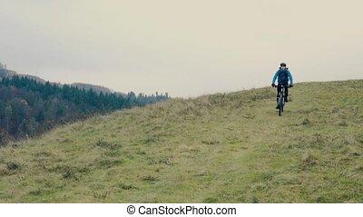 junger mann, fahrenden fahrrad, unten, der, hügel, in,...