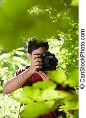 junger, mann, fotograf, wandern, in, wald
