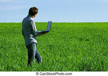 junger mann, gebrauchend, a, laptop, draußen