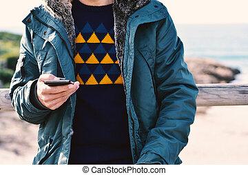 junger mann, gebrauchend, a, smartphone, draußen