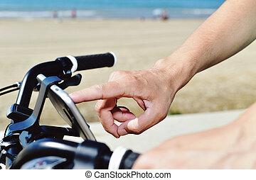 junger mann, gebrauchend, a, smartphone, fahren fahrrads