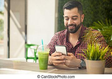junger mann, gebrauchend, a, smartphone