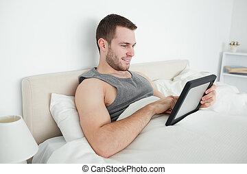 junger mann, gebrauchend, a, tablette, edv