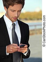 junger mann, gebrauchend, smartphone
