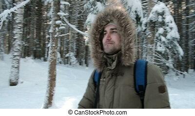 junger mann, gehen, in, winterzeit, in, kiefernwald, draußen