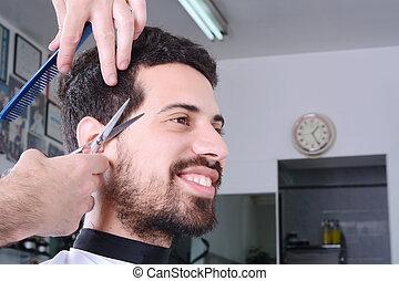 junger mann, haben, a, haarschnitt, mit, scissors.