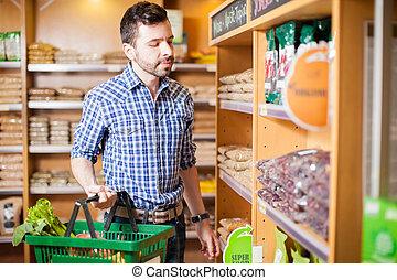 junger mann, kaufen, einige, lebensmittel, an, a, kaufmannsladen