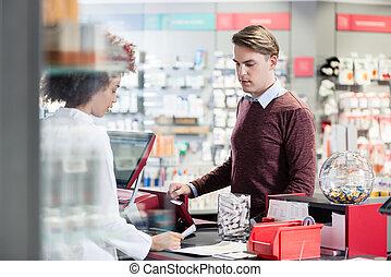 junger mann, lächeln, während, kaufen, ein, nützlich, pharmazeutisch, produkt