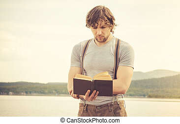 junger mann, lesend buch, draußen, mit, see, hintergrund, sommer, urlaube, und, lebensstil, begriff, retro, farben