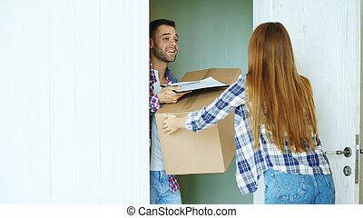 junger mann, liefern, pappschachtel, zu, kunde, an, home., frau, zeichen, in, klemmbrett, für, annahme, postpaket